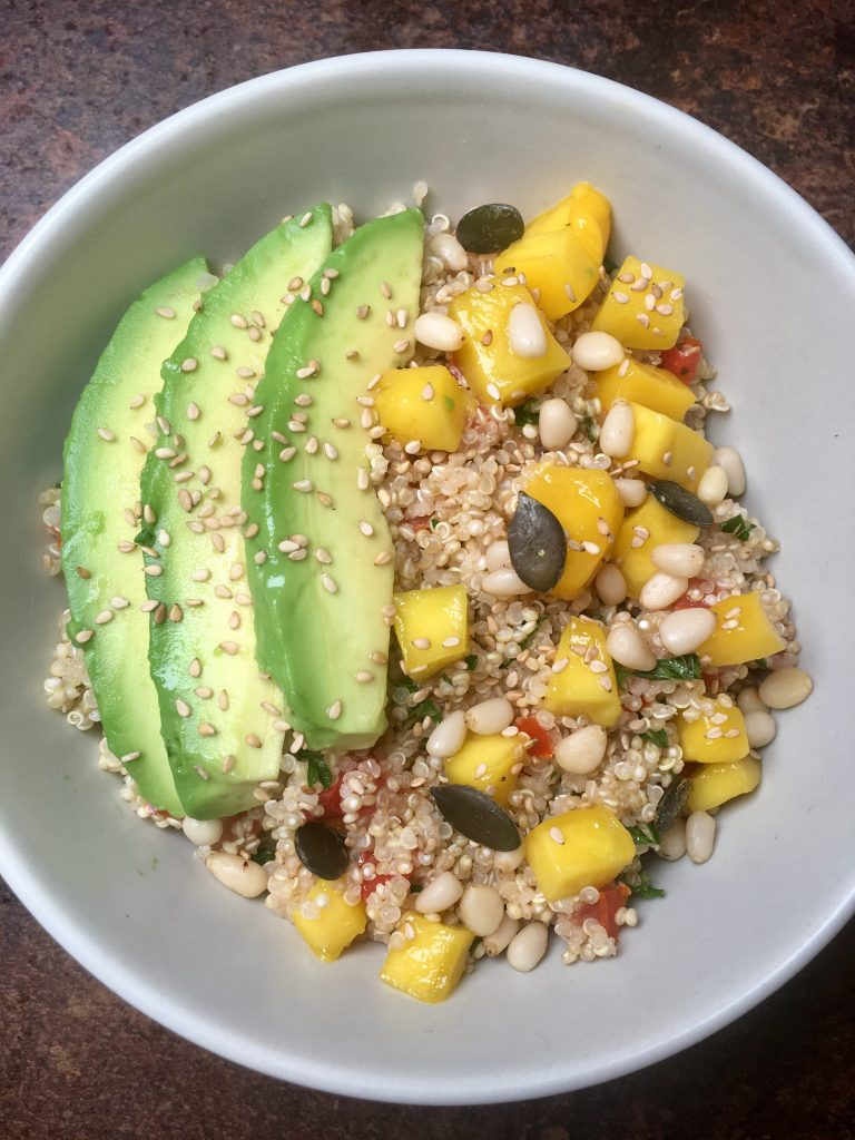 Quinoa Bowl, Quinoa Salat, Quinoa, Avocado, Sesam, Mango, Mango-Curry-Dressing