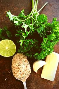 Zutaten für ein leckeres Petersilienpesto: Petersilie, Haselnüsse, Parmesan, Limette, Knoblauch